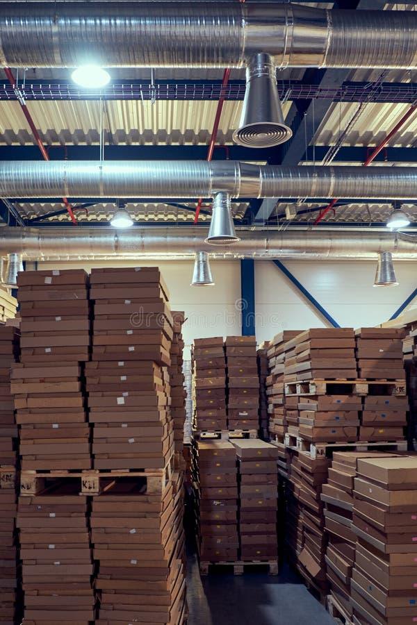 Склад с современной системой вентиляции полным parcells стоковая фотография rf