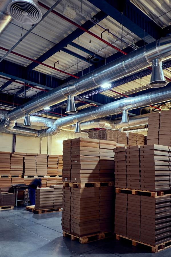 Склад с современной системой вентиляции полным parcells стоковое изображение