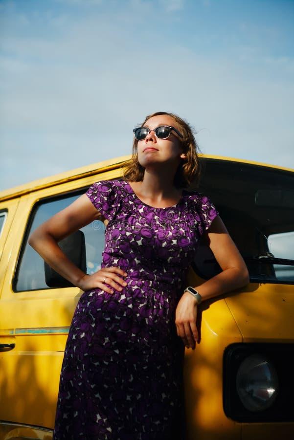 Склонность мечтая девушки на фургоне стоковое фото rf