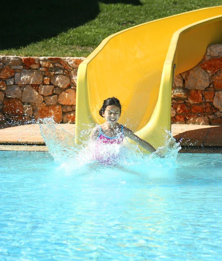 скольжение девушки брызгает воду стоковое изображение rf