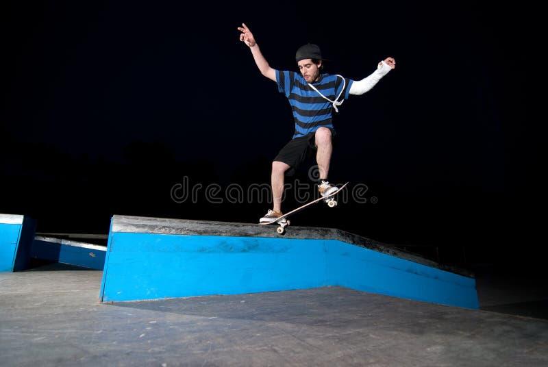 скольжение скейтбордиста стоковые фото