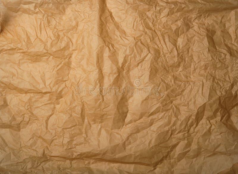 скомканная коричневая печь пергаментная бумага стоковое изображение
