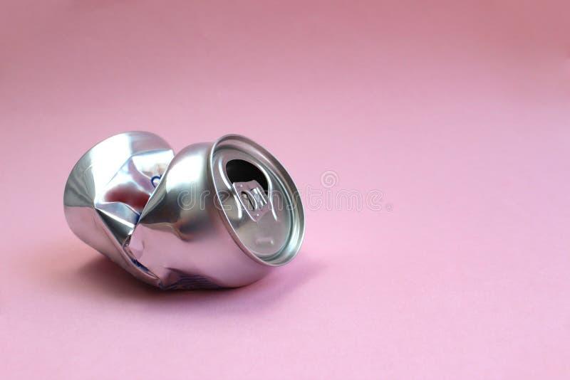 Скомканный алюминиевый бак лежит как предпосылка отброса стоковая фотография