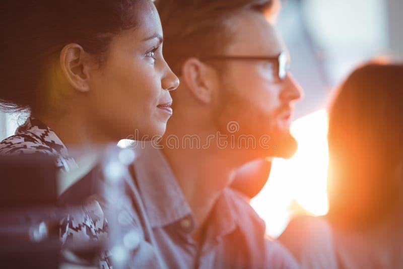 Сконцентрированная коммерсантка сидя в конференц-зале стоковое изображение rf