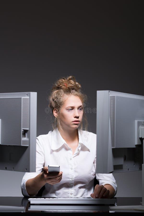 Сконцентрированная трудолюбивая женщина стоковые изображения
