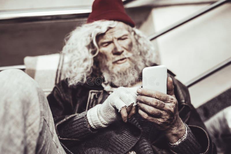 Сконцентрированное сообщение кавказского almsman печатая к его другу стоковое изображение