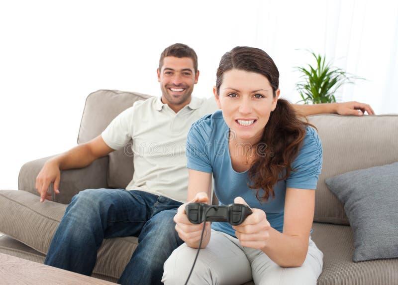 сконцентрированные игры играя видео- женщину стоковое изображение rf