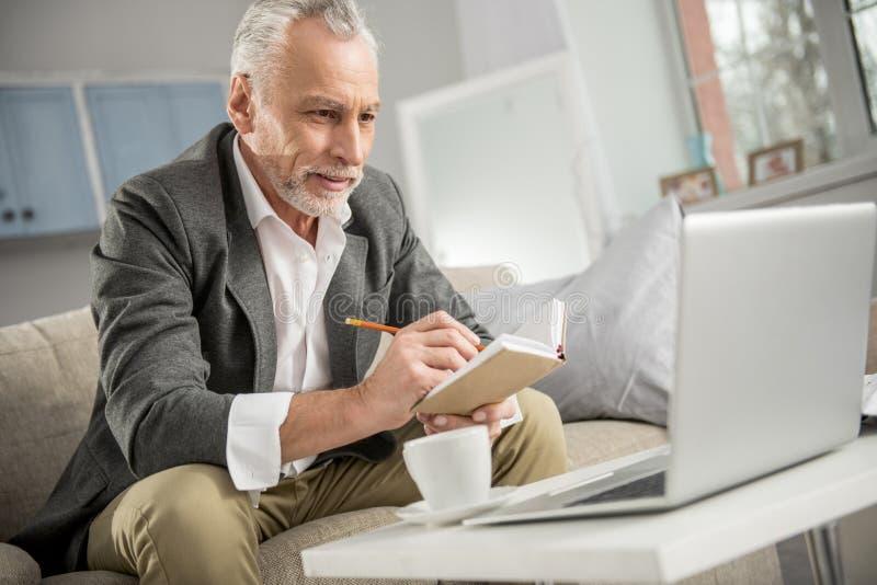Сконцентрированный бизнесмен смотря его компьтер-книжку стоковые фотографии rf