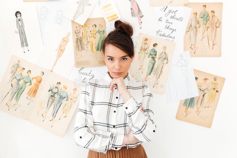 Сконцентрированный думая иллюстратор моды женщины стоковая фотография