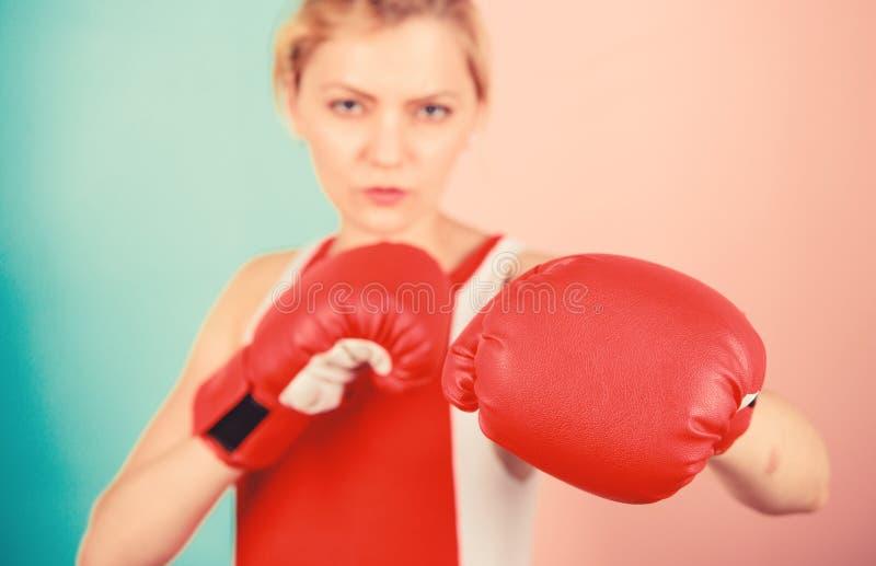 Сконцентрировано на ударе Женские боксерские перчатки сосредоточились на атаке Амбициозные девушки борются с боксерскими перчатка стоковое фото