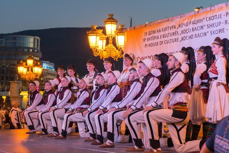 Скопье/северная Македония - 7-ое июня 2019: Группа в составе танцор в традиционном костюме в фестивале на скопье Улица фольклора стоковое фото