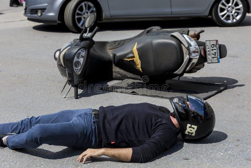 Скорая помощь, высвобождение жертвы в автомобильной катастрофе стоковое фото