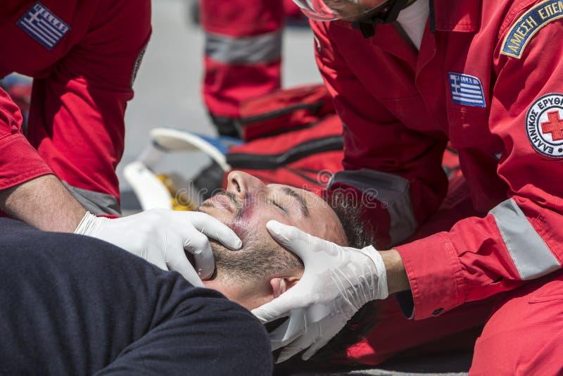 Скорая помощь, высвобождение жертвы в автомобильной катастрофе стоковые изображения