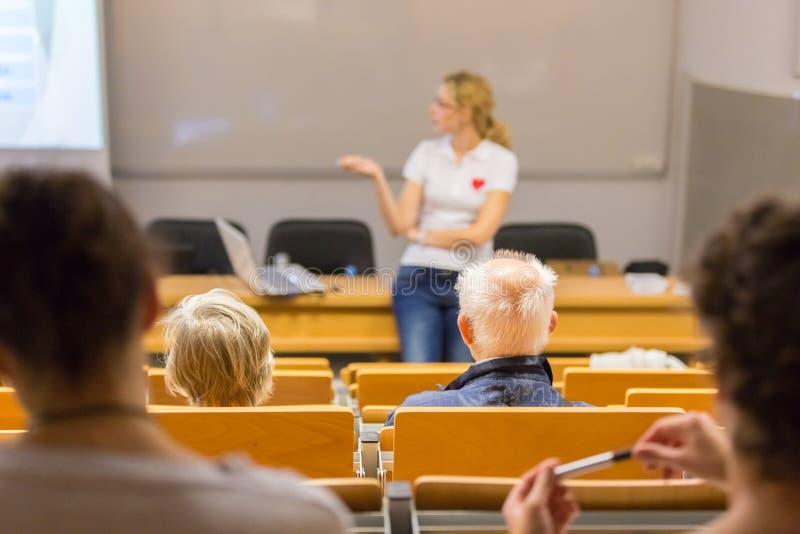 Скорая помощь инструктора уча мастерская кардиопульмональной реаниматологии стоковое фото