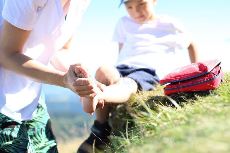 Скорая помощь, переплетенная нога авария на горной тропе стоковое изображение
