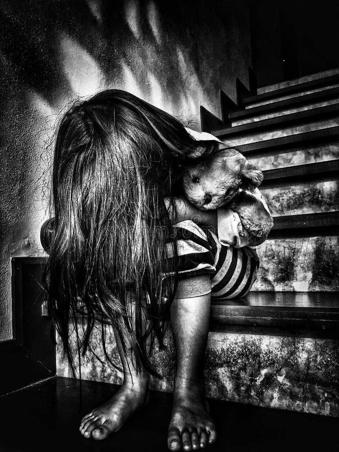 Скорба и разбитый сердце ребенк В черно-белом тоне стоковое фото rf