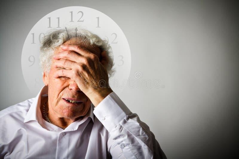 скорба Старик в мыслях Старик ждет 3 минуты t стоковые изображения rf
