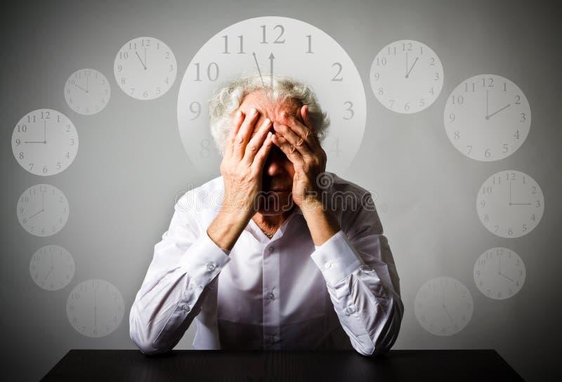 скорба Старик в мыслях Старик ждет 3 минуты t стоковое изображение rf