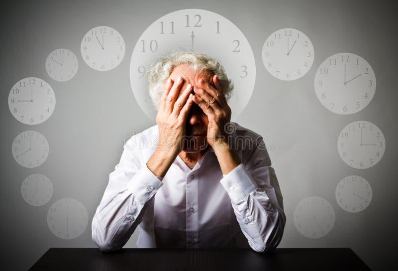 скорба Старик в мыслях Старик ждет проходить время стоковое фото rf