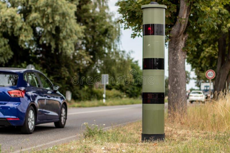 Скоростная ловушка радиолокатора с автомобилем в движении стоковые изображения rf