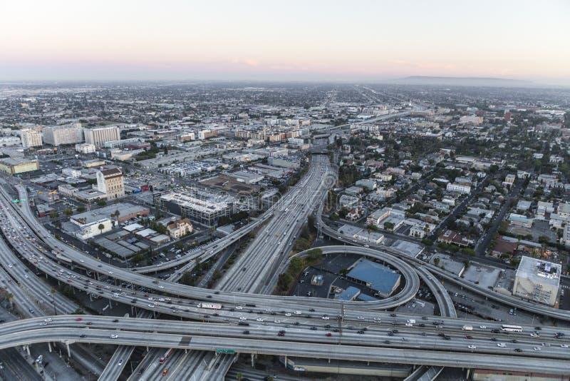 Скоростные шоссе гавани и Санта-Моника Лос-Анджелеса после захода солнца стоковое фото rf