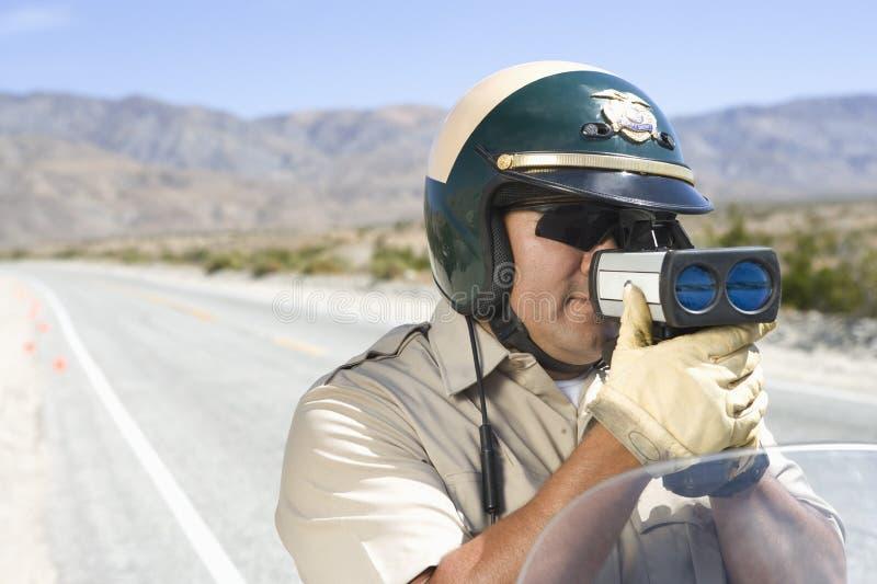 Скорость контроля офицера через оружие радиолокатора стоковая фотография