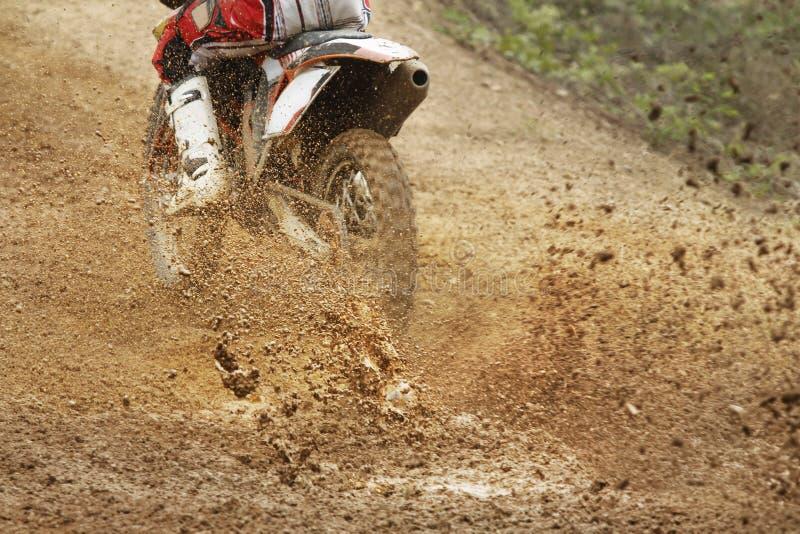 Скорость увеличения велосипеда Motocross в следе стоковое фото rf