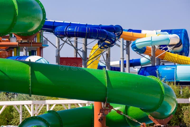 Скольжения aquapark Colorfu стоковое фото