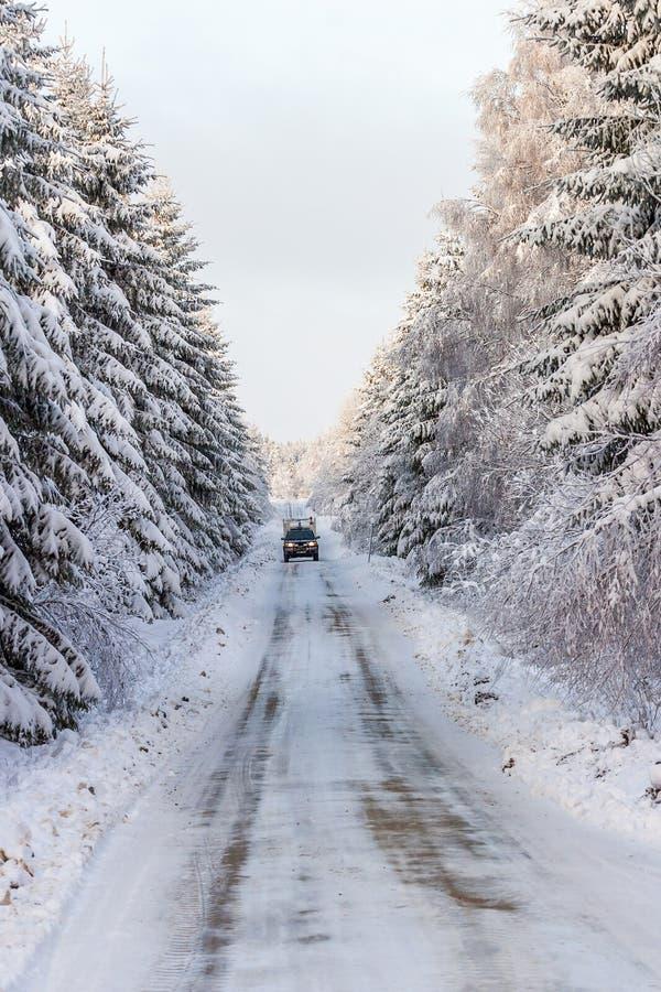 Скользкая дорога зимы с автомобилем стоковое фото rf