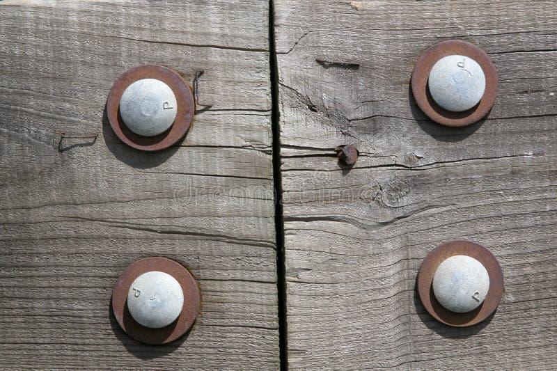 скрепленная болтами древесина
