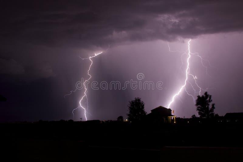 скрепляет болтами ночное небо молнии стоковые изображения