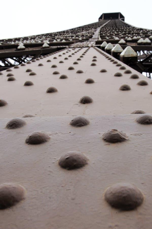 скрепляет болтами Эйфелеву башню стоковое фото rf