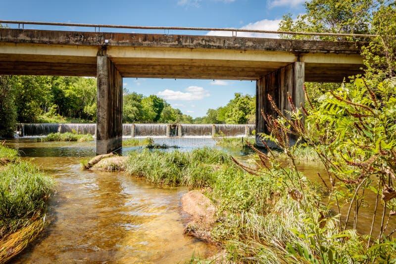 Скрещивание моста на водопаде стоковые изображения