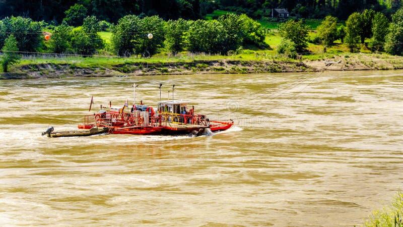 Скрещивание парома реакции быстрая пропуская Река Fraser в Британской Колумбии стоковые фотографии rf