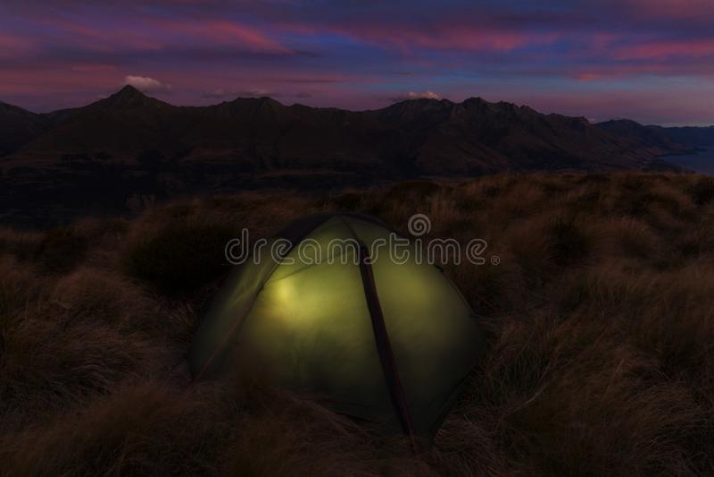 Скрещивание Tongariro высокогорное, голубое озеро r стоковая фотография rf