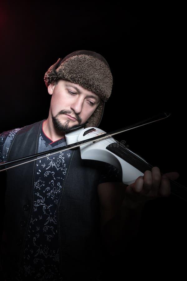 Скрипач в шляпе играя скрипку стоковые фотографии rf