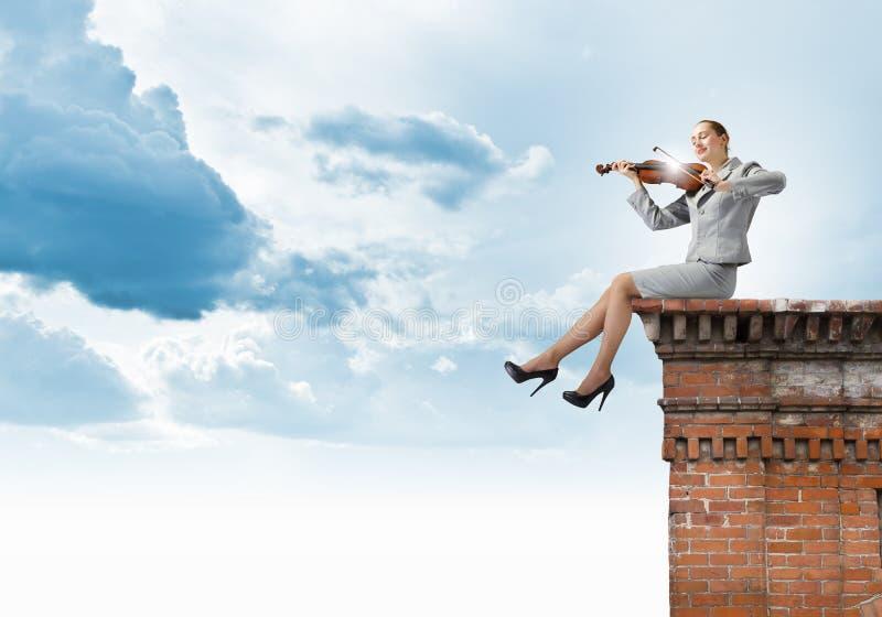 Download Скрипач женщины стоковое фото. изображение насчитывающей красивейшее - 41650938