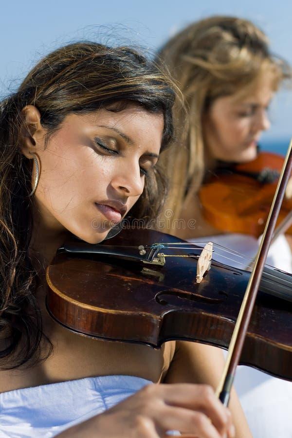 скрипка игры музыкантов стоковое фото rf