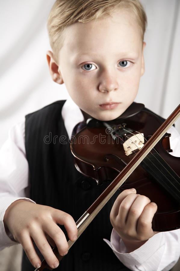 скрипка мальчика малая стоковое фото