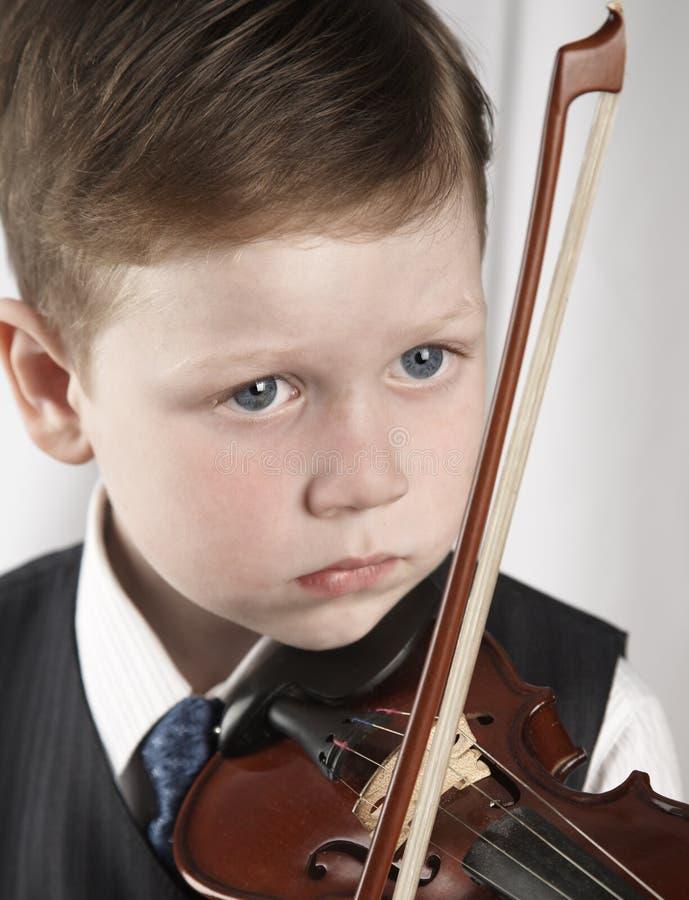 скрипка мальчика малая стоковое фото rf