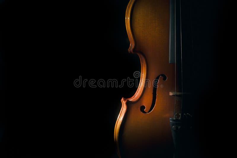 Скрипка на черной предпосылке с светом пятна стоковое фото