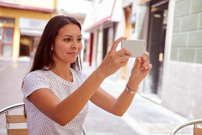 Скрытная усмехаясь маленькая девочка фотографируя стоковые фотографии rf