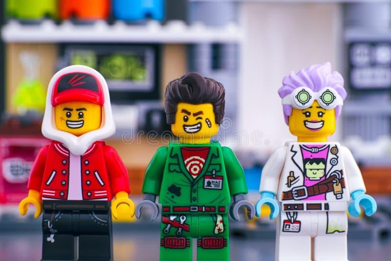 Скрытый набор боковых элементов Lego Три мини-фигуры Lego - Джек Дэвидс, J B и Дуглас Элтон на J B Лаборатория Призрака стоковые изображения rf