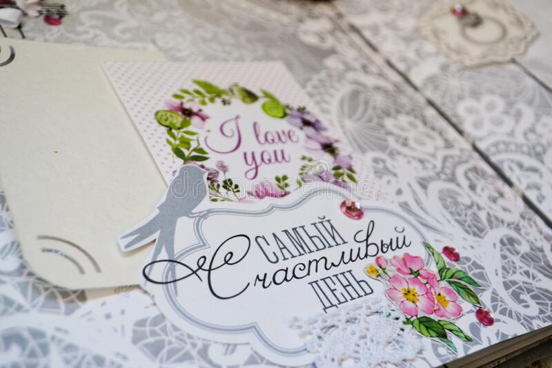 Скрэпрезервирование ручной работы, свадебный фотоальбом Картина с розовыми цветами, украшениями, словами, полетом, кружевной круж стоковые фото