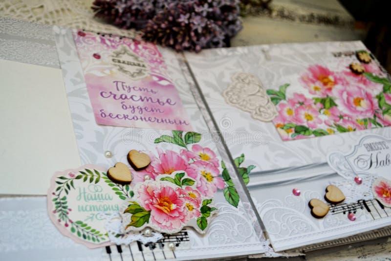 Скрэпрезервирование ручной работы, свадебный фотоальбом Карты с розовыми цветами, украшениями, словами, полетом, кружевными круже стоковые фото