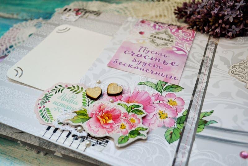 Скрэпрезервирование ручной работы, свадебный фотоальбом Карты с розовыми цветами, украшениями, словами, полетом, кружевными круже стоковое фото