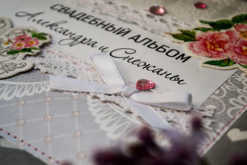 Скрэпрезервирование ручной работы, свадебный фотоальбом обложка альбома покрыта резьбами с розовыми цветами, украшениями, словами стоковое изображение rf