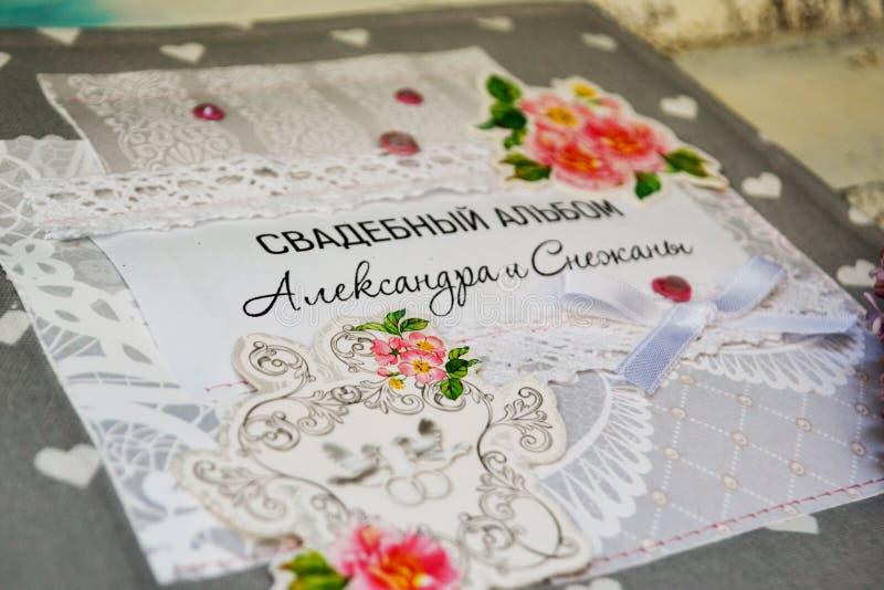 Скрэпрезервирование ручной работы, свадебный фотоальбом обложка альбома покрыта резьбами с розовыми цветами, украшениями, словами стоковое изображение
