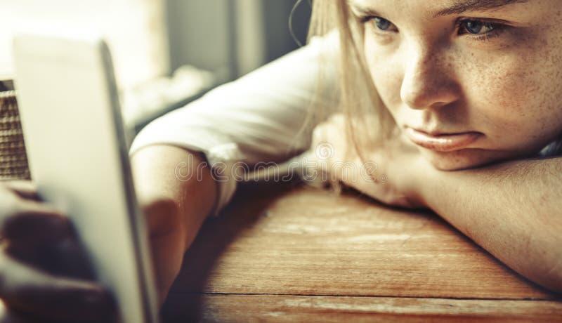 Скука девушки ждать сверлильное сиротливое расстраивает концепцию стоковые изображения