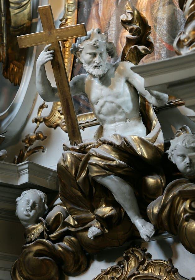 Скульптура ангела с крестом в его руке стоковое фото rf
